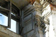Kapitele wieńczące pilastry, które niegdyś dzieliły ścianę na mniejsze pola