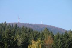 Szczyt Chełmca (851 m n.p.m.) z anteną radiową, wieżą widokową i krzyżem
