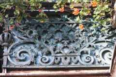 Barierka balkonu z kutym motywem kosza na kwiaty
